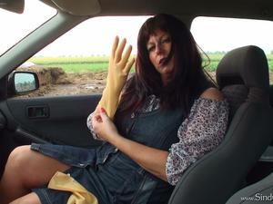 Nongrid_medium_rubbergloved-wanking-in-car