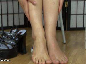 Nongrid_medium_katja-is-creaming-her-feet-29