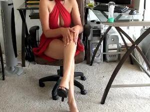Nongrid_medium_kim-rubs-her-feet