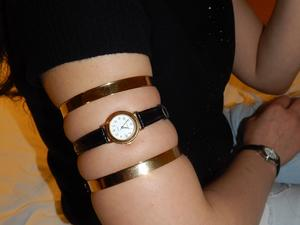 Nongrid_medium_golden-rings-and-a-little-tight-upper-arm-watch-for-rania