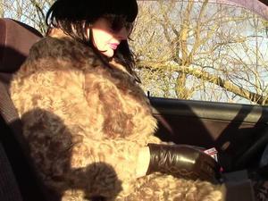 Nongrid_medium_in-a-fur-coat-and-with-a-cigarette
