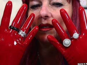 Nongrid_medium_the-red-latex-gloves