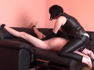Nongrid_medium_facesitting-in-leather-trousers